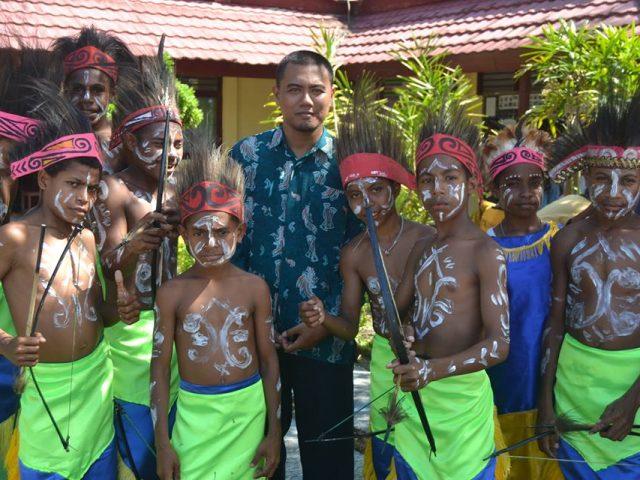 Kesulitan Buku dan Internet, Kendala yang Tak Memadamkan Api Kepedulian Dedy untuk Pendidikan di Papua
