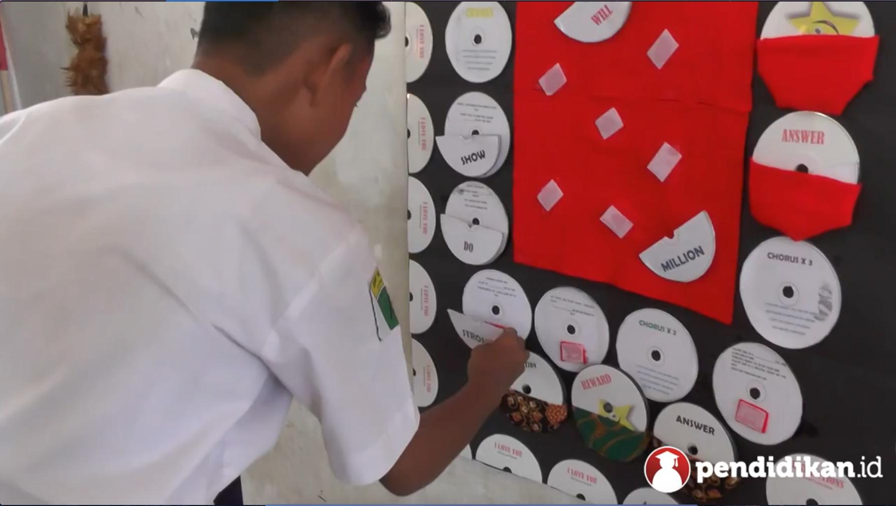 Belajar Membuat Media Pembelajaran Melalui Buku dan Video Pendidikan Atiko, Guru SMPN 17 Surabaya Pemenang 'Apresiasi Guru Surabaya 2017'