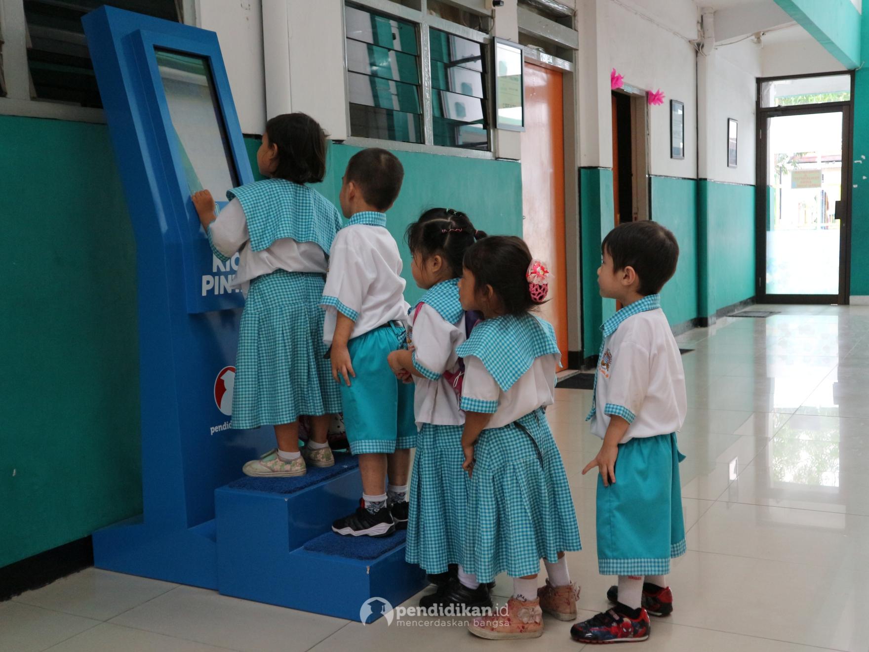 Siswa Sekolah Dasar dan Pra-Sekolah Beramai-Ramai Antre Kipin ATM pada Open House TK-SD Gracia Surabaya