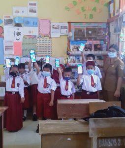 Siswa Kelas 1 SDN 13 Nanga Pinoh dengan Aplikasi Kipin School 4.0