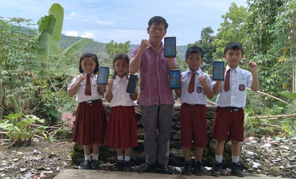 Siswa dan Bapak Guru Mengakses Kipin tanpa Jalur Internet