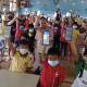 Siswa SD Kecil Mengakses Konten Pelajaran Digital pada Kipin tanpa Jalur Internet