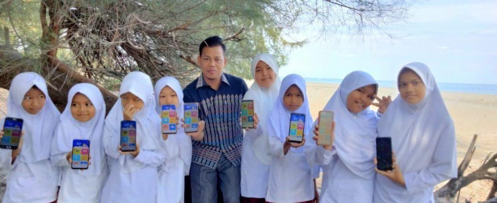 Supriadi Beserta Siswa Belajar Secara Digital dan Offline dengan Kipin School di Pantai