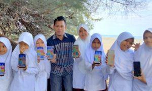 Supriadi Bersama Siswa Belajar Secara Digital di Pantai