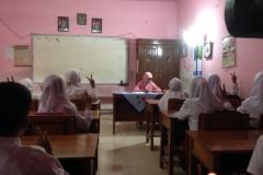 sd-tritunggal-surabaya-bersama-guru-dalam-kelas
