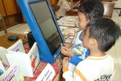 anak-anak-bersama-kios-pintar-pendidikan-digital-indonesia01