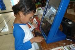 anak-anak-bersama-kios-pintar-pendidikan-digital-indonesia02