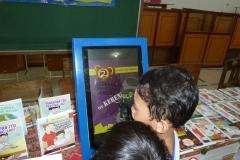 anak-anak-bersama-kios-pintar-pendidikan-digital-indonesia04