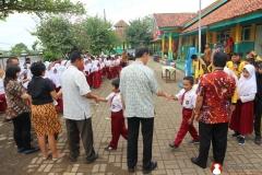 anak-sekolah-dasar-bersama-guru-mereka