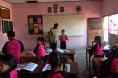 belajar-di-kelas-sekolah-dasar-surabaya