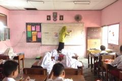 guru-masih-menggunakan-white-board-dalam-kelas