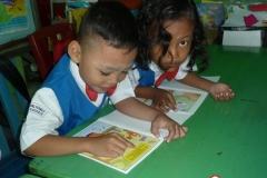 pelajar-tk-membaca-komik-literasi-anak-seri-moral-dan-kesehatan12
