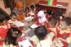pelajar-tk-membaca-komik-literasi-anak-seri-moral-dan-kesehatan39