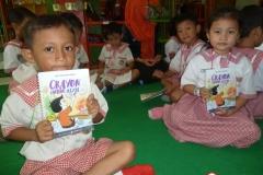 pelajar-tk-membaca-komik-literasi-anak-seri-moral-dan-kesehatan63