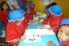 pelajar-tk-membaca-komik-literasi-anak-seri-moral-dan-kesehatan86