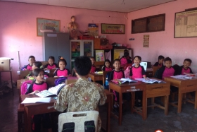 belajar-bersama-di-kelas-sekolah-dasar