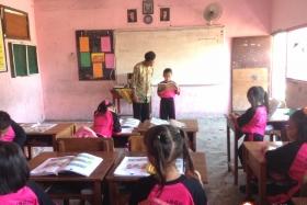 interaksi-guru-dan-siswa-di-kelas